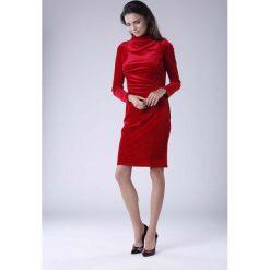 Czerwona Dopasowana Sukienka Welurowa z Półgolfem. Czerwone sukienki koktajlowe Molly.pl, l, z tkaniny, dopasowane. W wyprzedaży za 120,81 zł.