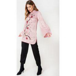 Długie sukienki: Glamorous Haftowana sukienka z długim rękawem - Pink