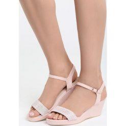 Różowe Sandały Next To Me. Czerwone sandały damskie marki Born2be, z materiału, na koturnie. Za 69,99 zł.