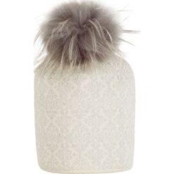 Giamo - Czapka. Białe czapki zimowe damskie Giamo, na zimę, z dzianiny. W wyprzedaży za 149,90 zł.