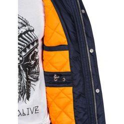 KURTKA MĘSKA PRZEJŚCIOWA PARKA C302 - CIEMNY GRANAT. Szare kurtki męskie pikowane marki Lacoste, z gumy, na sznurówki, thinsulate. Za 99,00 zł.