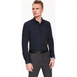 KOSZULA TALIOWANA STRUKTURALNA. Szare koszule męskie marki Top Secret, w ażurowe wzory. Za 139,99 zł.