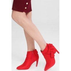 Czerwone Botki Invention. Czerwone botki damskie na obcasie marki vices, na jesień, z materiału, ze szpiczastym noskiem, na wysokim obcasie, na zamek. Za 109,99 zł.