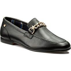 Lordsy TOMMY HILFIGER - Feminine Loafer Chain FW0FW02844 Black 990. Czarne lordsy damskie marki TOMMY HILFIGER, z materiału, z okrągłym noskiem, na obcasie. Za 599,00 zł.