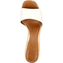 Klapki SUBIRA. Białe crocsy damskie marki Gino Rossi, z lakierowanej skóry, na wysokim obcasie, na słupku. Za 249,90 zł.