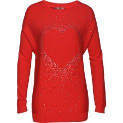 Długi sweter z aplikacją ze sztrasów w kształcie serca bonprix czerwony sygnałowy. Czerwone swetry klasyczne damskie bonprix, z dekoltem w łódkę. Za 89,99 zł.