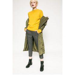 Medicine - Sweter Rebel Forest. Żółte swetry klasyczne damskie marki Mohito, l, z dzianiny. W wyprzedaży za 59,90 zł.