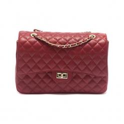 Skórzana torebka w kolorze czerwonym - (S)33 x (W)22 x (G)12 cm. Czerwone torebki klasyczne damskie Akcesoria na sylwestrową noc, z materiału, pikowane. W wyprzedaży za 369,95 zł.