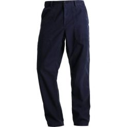 Spodnie męskie: Carhartt WIP FATIGUE SANDERS Spodnie materiałowe dark navy stone washed