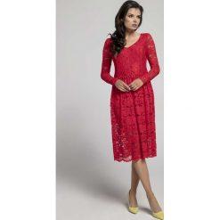 Czerwona Wizytowa Rozkloszowana Sukienka z Koronki. Czerwone sukienki balowe Molly.pl, l, w koronkowe wzory, z koronki, dekolt w kształcie v, dopasowane. Za 149,90 zł.