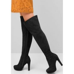 Czarne Kozaki Earnest. Czarne buty zimowe damskie marki Kazar, z futra, przed kolano, na wysokim obcasie, na koturnie. Za 104,99 zł.
