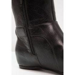 Call it Spring KIRSCHENBAUM Kozaki na koturnie black. Czarne buty zimowe damskie marki Born2be, z materiału, z okrągłym noskiem, na niskim obcasie, na koturnie. W wyprzedaży za 204,50 zł.