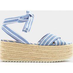 Sandały z tkaniny na platformie. Niebieskie sandały damskie Pull&Bear, z tkaniny, na koturnie. Za 69,90 zł.