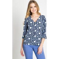 Pudełkowa bluzka ze wzorem w liście QUIOSQUE. Białe bluzki z odkrytymi ramionami marki QUIOSQUE, z nadrukiem, z tkaniny, biznesowe, z dekoltem w serek, z krótkim rękawem. W wyprzedaży za 59,99 zł.