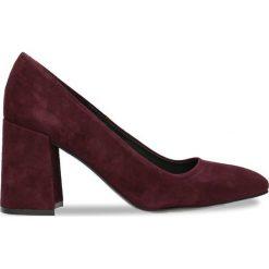 Czółenka HARUMI. Czerwone buty ślubne damskie Gino Rossi, w geometryczne wzory, ze skóry, na słupku. Za 189,90 zł.