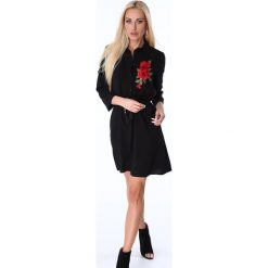 Sukienka koszulowa z haftem czarna 11700. Czarne sukienki z falbanami marki Fasardi, s, z haftami, z koszulowym kołnierzykiem, koszulowe. Za 79,00 zł.
