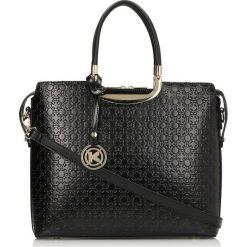 Czarna torebka do ręki. Czarne torebki klasyczne damskie Kazar, w paski, ze skóry, z tłoczeniem. Za 799,00 zł.