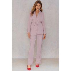Spodnie z wysokim stanem: Hannalicious x NA-KD Spodnie garniturowe bootcut – Pink,Nude
