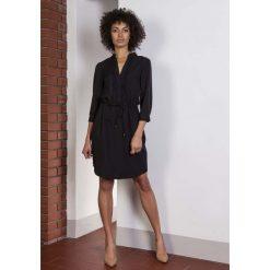 Czarna Codzienna Sukienka ze Stójką Wiązana w Pasie. Białe sukienki balowe marki numoco, do pracy, l, z nadrukiem, z elastanu, z kopertowym dekoltem, z długim rękawem, kopertowe. Za 169,90 zł.