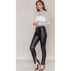 Spodnie z wysokim stanem: Vanessa Moe x NA-KD Spodnie ze sztucznej skóry – Black