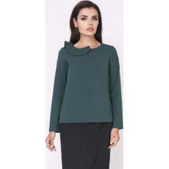 Zielona Elegancka Bluzka Wizytowa z Falbanką przy Dekolcie. Zielone bluzki asymetryczne Molly.pl, l, eleganckie, z falbankami, z krótkim rękawem. Za 114,90 zł.
