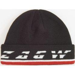 Czapka z napisem redesign - Biały. Białe czapki zimowe męskie Reserved, z napisami. Za 39,99 zł.