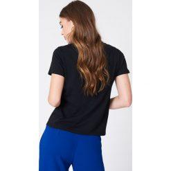 NA-KD T-shirt Smoking Hot - Black. Czarne t-shirty damskie NA-KD, z nadrukiem, z okrągłym kołnierzem. W wyprzedaży za 40,48 zł.