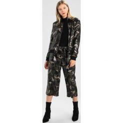 Liu Jo Jeans GIUBBOTTO  Kurtka Bomber duet. Zielone bomberki damskie marki Liu Jo Jeans, m, z jeansu. W wyprzedaży za 831,20 zł.