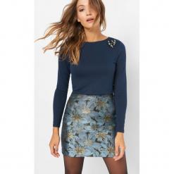 Lekki sweter z aplikacją 3D. Niebieskie swetry klasyczne damskie marki Orsay, s, z dzianiny. Za 69,99 zł.