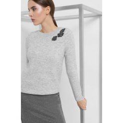 Sweter z aplikacją 3D. Żółte swetry klasyczne damskie marki Orsay, s, z bawełny, z golfem. Za 119,99 zł.