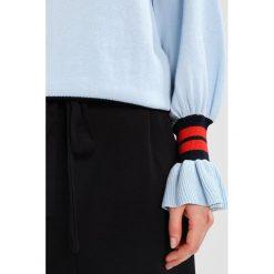 JUST FEMALE ALEXA Sweter blue. Niebieskie swetry klasyczne damskie JUST FEMALE, xs, z bawełny. W wyprzedaży za 344,25 zł.