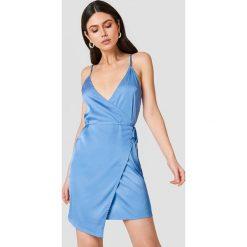 Linn Ahlborg x NA-KD Kopertowa sukienka z satyny - Blue. Niebieskie sukienki na komunię Linn Ahlborg x NA-KD, z satyny, z kopertowym dekoltem, kopertowe. Za 133,95 zł.