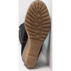 KIOMI Kozaki na koturnie black. Czarne buty zimowe damskie marki Born2be, z materiału, z okrągłym noskiem, na niskim obcasie, na koturnie. Za 549,00 zł.
