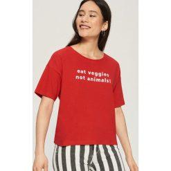 T-shirt z hasłem - Czerwony. Czerwone t-shirty damskie marki Sinsay, l. W wyprzedaży za 14,99 zł.