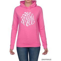 Bluza damska. Be wild and free. Różowe bluzy rozpinane damskie Pakamera, z nadrukiem, z kapturem. Za 119,00 zł.