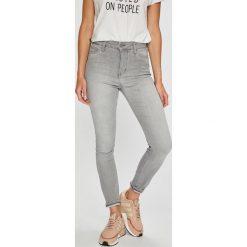 Mustang - Jeansy Perfect Shape. Niebieskie jeansy damskie marki Mustang, z aplikacjami, z bawełny. W wyprzedaży za 239,90 zł.
