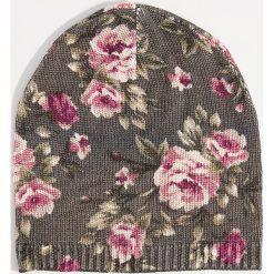 Czapka beanie w kwiaty - Wielobarwn. Czerwone czapki damskie marki Mohito, z bawełny. Za 39,99 zł.