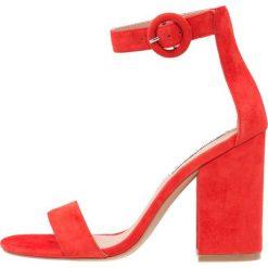 Steve Madden FRIDAY Sandały na obcasie red. Czerwone sandały damskie Steve Madden, z materiału, na obcasie. Za 459,00 zł.