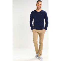 Tommy Jeans SLIM FERRY Chinosy beige. Brązowe jeansy męskie Tommy Jeans, z bawełny. Za 379,00 zł.