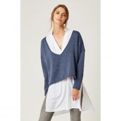 Sweter w kolorze niebieskim. Niebieskie swetry klasyczne damskie marki SCUI. W wyprzedaży za 139,95 zł.