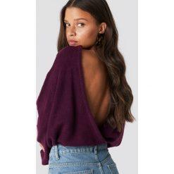 NA-KD Trend Dzianinowy sweter z kopertowym tyłem - Purple. Białe swetry klasyczne damskie marki NA-KD Trend, z nadrukiem, z jersey, z okrągłym kołnierzem. Za 121,95 zł.