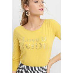 Koszulka z metalicznym napisem. Żółte bluzki z odkrytymi ramionami marki Orsay, s, z napisami, z bawełny, z długim rękawem. W wyprzedaży za 30,00 zł.