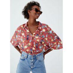 Luźna koszula basic z nadrukiem. Szare koszule damskie marki Pull&Bear, z nadrukiem, z krótkim rękawem. Za 59,90 zł.