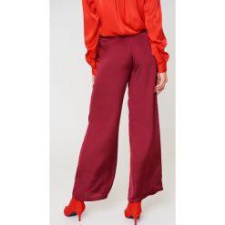 NA-KD Szerokie spodnie z satyny z wysokim stanem - Red,Purple. Czerwone spodnie z wysokim stanem NA-KD, z poliesteru. W wyprzedaży za 60,98 zł.