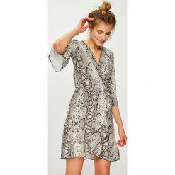 Answear - Sukienka. Szare sukienki mini marki ANSWEAR, na co dzień, l, z materiału, casualowe, rozkloszowane. Za 149,90 zł.