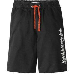 Bermudy dresowe bonprix czarny. Czarne dresy chłopięce bonprix, z nadrukiem, z dresówki. Za 37,99 zł.