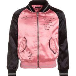 Sisley Kurtka Bomber rose. Czerwone kurtki dziewczęce przeciwdeszczowe Sisley, z elastanu. W wyprzedaży za 161,85 zł.