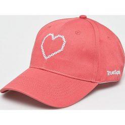 True Spin - Czapka True Love. Różowe czapki z daszkiem damskie marki True Spin, z bawełny. W wyprzedaży za 49,90 zł.