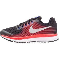 Nike Performance ZOOM PEGASUS 34  Obuwie do biegania treningowe black/metallic silver/bright crimson/concord. Czarne buty sportowe chłopięce Nike Performance, z materiału. W wyprzedaży za 233,35 zł.