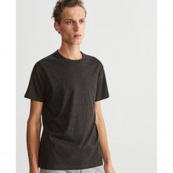 T-shirt z drobnym nadrukiem - Jasny szar. Białe t-shirty męskie z nadrukiem marki Reserved, l. Za 39,99 zł.